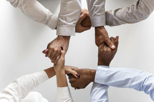Ludzie trzymający się za dłonie
