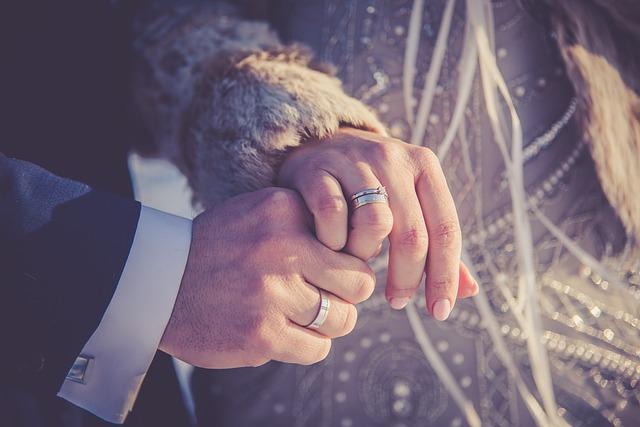 Para biorąca ślub