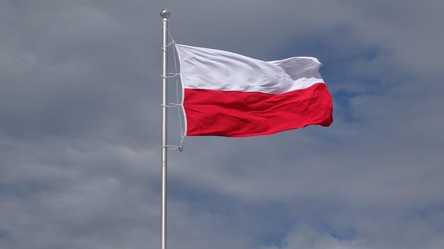 polska flaga łopocze na wietrze